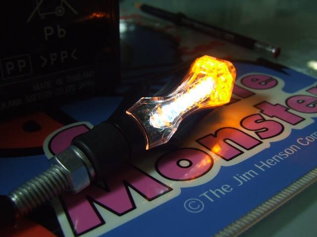 ไฟเลี้ยวแต่ง แบบ ลูกศร (รุ่นไฟหรี่ ไฟเบรค สีขาว ไฟเลี้ยวสีเหลือง) สีขาว W+Y