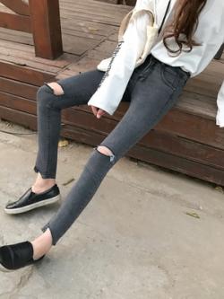 กางเกงยีนส์ขายาวสีเทา แต่งรอยขาดเซอร์ๆ