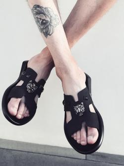 รองเท้าแตะเกาหลี แนวฮาร์ดคอร์ แต่งหมุดรอบ มี2สี
