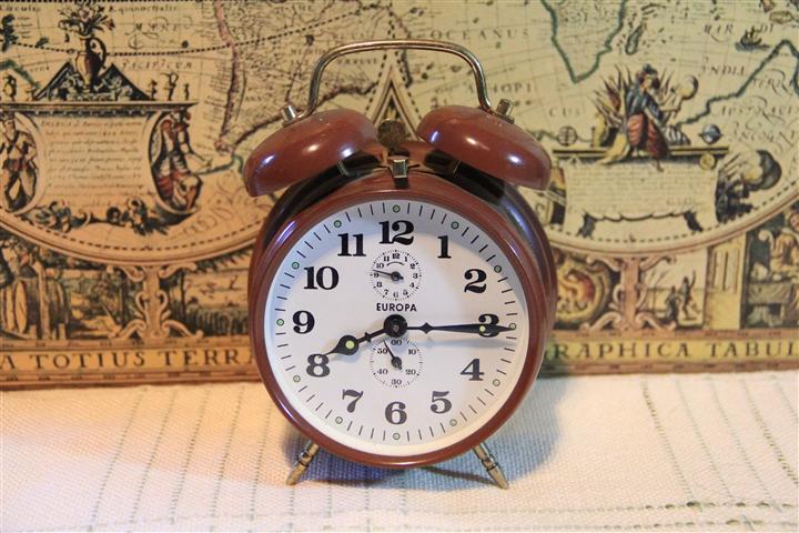 M0492 นาฬิกาปลูกเยอรมันโบราณ Europa เก่าเก็บ เดินดี ปลุกดี ราคารวมค่าจัดส่ง EMS แล้ว 1350 บาท