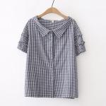 เสื้อผ้าฝ้ายลายตารางเล็ก คอบัวแหลม แต่งระบายเล็กๆ รอบแขนเสื้อ