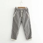 กางเกงขายาวลายตารางสีดำ แต่งผ้าลูกไม้ขอบกระเป๋าและปลายขา