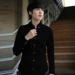 Pre Order เสื้อเชิ้ตผู้ชายเกาหลี แขนยาวคอปก สีพื้น ดีไซน์กระดุมสีน้ำตาล มี6สี