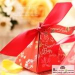 ของชำร่วย กล่องของชำร่วยงานแต่งงาน งานมงคลต่างๆ กล่องกระดาษทรง3เหลี่ยมผูกโบว์มีพร้อมป้ายห้อยเก๋ๆ ลายดอกไม้สีแดงค่ะ