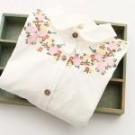 เดรสสีขาว แขนยาว ปักดอกไม้โทนชมพูที่อก (ไม่มีซับใน)