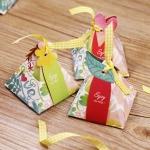 ของชำร่วย กล่องของชำร่วยงานแต่งงาน งานมงคลต่างๆ กล่องกระดาษทรง3เหลี่ยมผูกโบว์มีพร้อมป้ายห้อยเก๋ๆ ลายดอกไม้ค่ะ