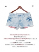 ++ สินค้าพร้อมส่งค่ะ++กางเกงยีนส์ขาสั้น ฟอก สกรีน ที่ประเป๋าหลัง - สีน้ำเงินซีด