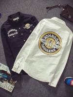 Pre Order เสื้อเชิ้ตผู้ชายแนวเกาหลี แขนยาวแต่งกระเป๋า2ข้าง สกรีนลาย JOHNSON สุดเท่ห์ มี2สี