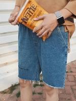 กางเกงยีนส์ขาสั้นสีน้ำเงิน แต่งปลายขาเซอร์ๆ