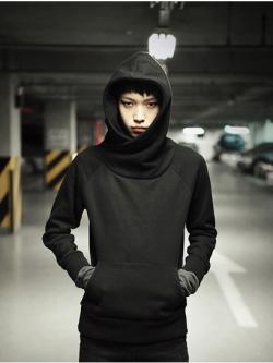 เสื้อกันหนาวแบบสวมหัว สีดำ แต่งกระเป๋าเสื้อด้านล่าง มีฮู้ด