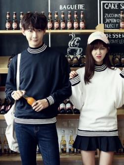 ชุดคู่รักเกาหลี เสื้อแฟชั่นแขนยาว แต่งแถบเส้น ดีไซน์คอเสื้อ มี2สี