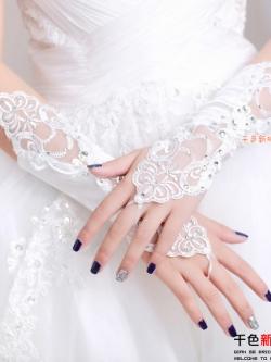 ถุงมือเจ้าสาว แต่งด้วยผ้าลูกไม้และจิวเวลรี่ มี 2 สี คือ สีขาวและสีครีมค่ะ