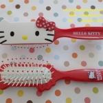 แปรงหวีผม ฮัลโหลคิตตี้ Hello kitty ขนาดยาว 18 ซม. สีขาวแดง ลายหน้าคิตตี้โบว์แดง