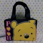 กระเป๋าถือหูหิ้วทรงสี่เหลี่ยม กระเป๋าเอนกประสงศ์ ขนาดกว้าง 8 ซม. * ยาว 20 ซม. * สูง 14 ซม. พิมพ์ลายหมีพูห์ pooh