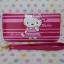 กระเป๋าสตางศ์ทรงยาว ฮัลโหลคิตตี้ Hello Kitty ขนาดยาว 7.5 นิ้ว x สูง 4 นิ้ว ลายคิตตี้ยืนโบว์ชมพู ซิปรอบพร้อมสายคล้องข้อมือ thumbnail 3